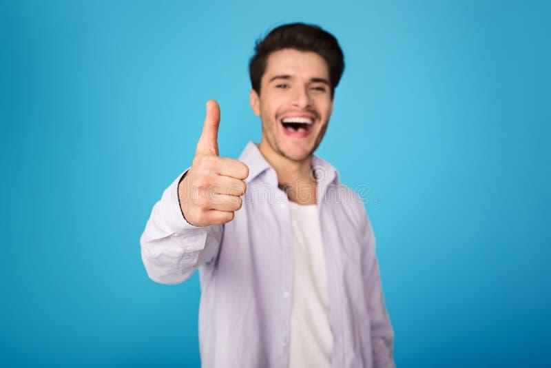 recomende Polegar da exibição do homem acima e sorriso imagem de stock royalty free
