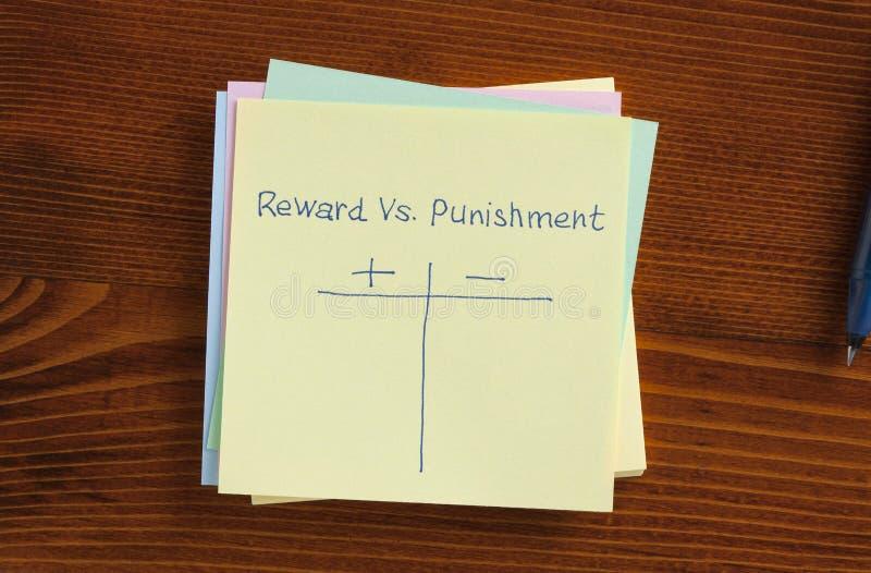 Recompensa contra el castigo escrito en una nota imágenes de archivo libres de regalías