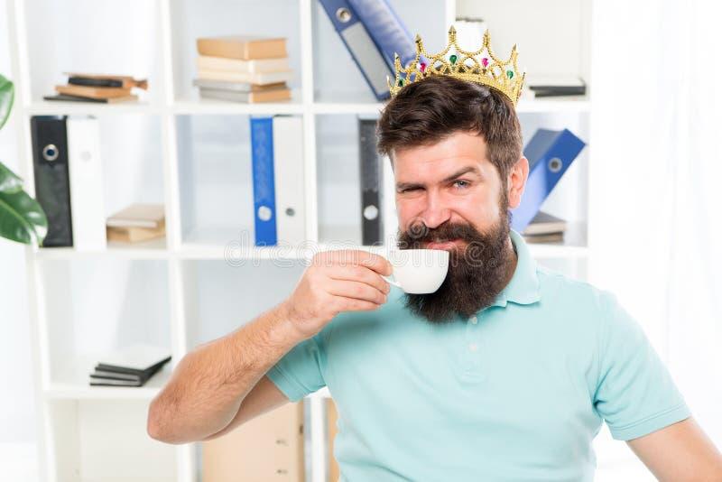 Recompensa para ideias frescas Homem de negócios na coroa do ouro Café feliz da bebida do homem Local de trabalho do chefe Homem  fotos de stock