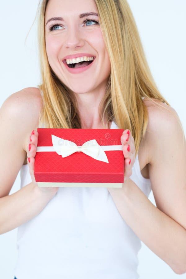 Recompensa vermelha da caixa de presente da posse alegre feliz do sorriso da mulher fotos de stock royalty free
