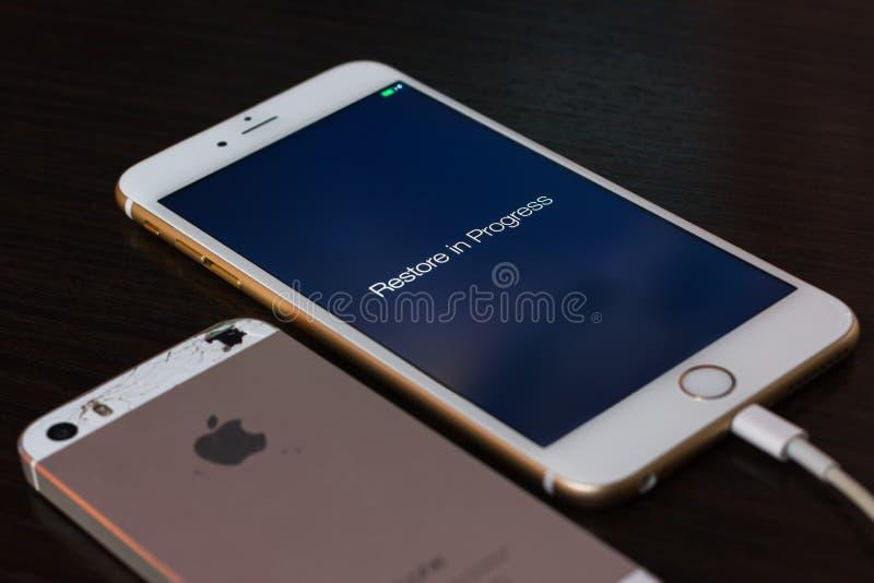 Reconstitution des données d'un vieil iphone cassé au nouvel iphone 6 de pomme photographie stock libre de droits