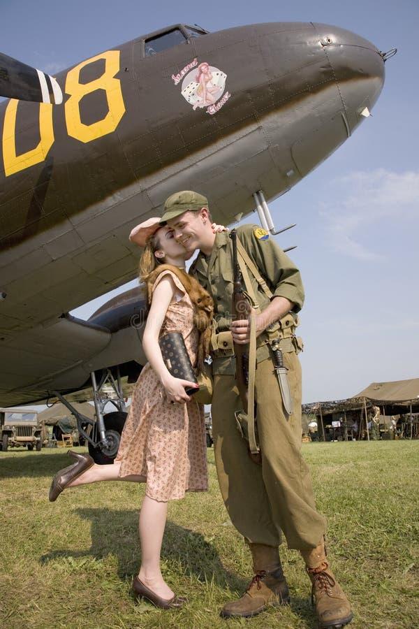 Reconstitution du baiser des années 1940 du soldat des USA image stock