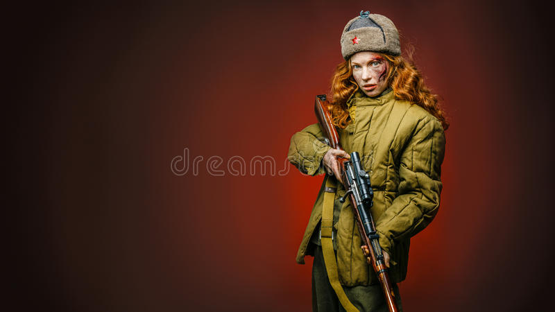 Reconstitution historique d'armée de l'Union Soviétique par la jolie fille avec image stock