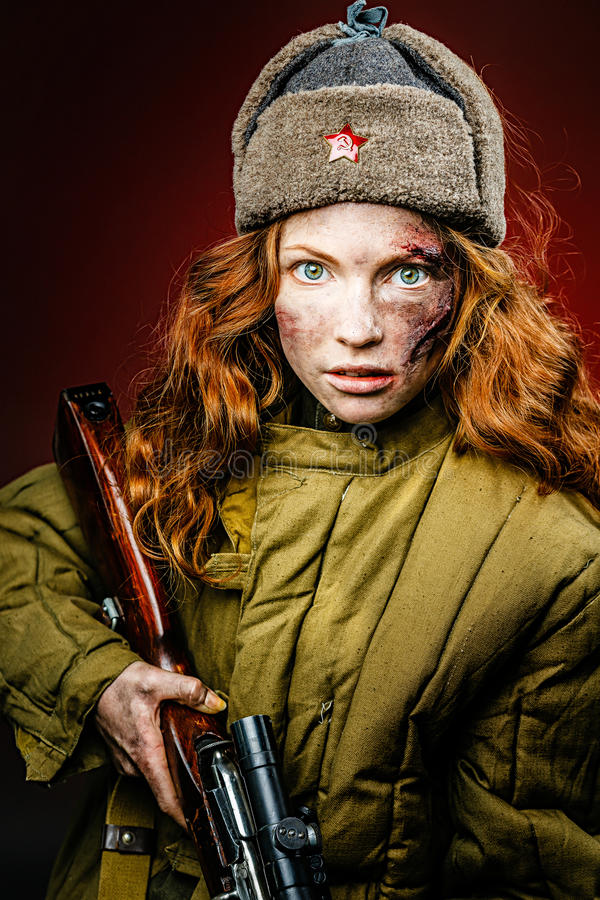 Reconstitution historique d'armée de l'Union Soviétique par la jolie fille avec photographie stock libre de droits