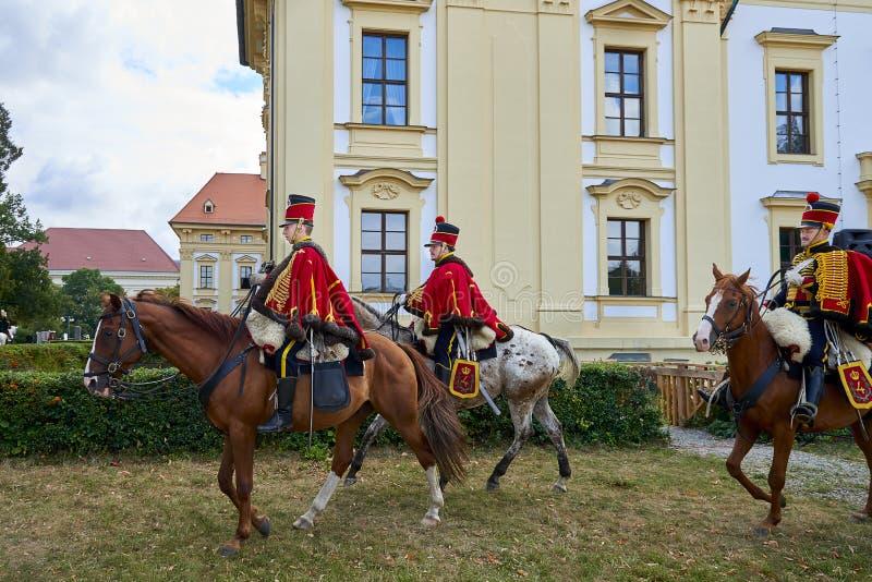 Reconstitution historique de château de Slavkov-Austerlitz Cortège des cavaliers dans l'uniforme historique de la période de Napo photographie stock