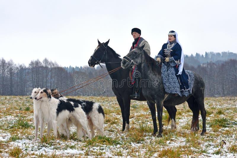 Reconstrução da caça tradicional com cão caçador de lobos do russo foto de stock