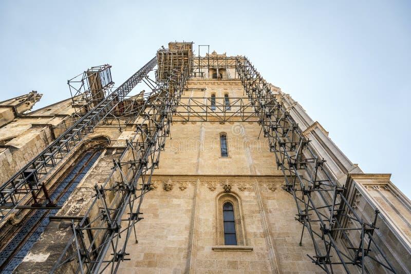 Reconstrução da construção da catedral com andaime Catedral de Zagreb fotos de stock