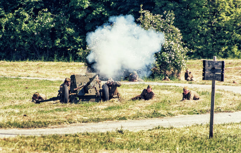 Reconstrução da segunda guerra mundial, ataque da artilharia do russo imagens de stock royalty free