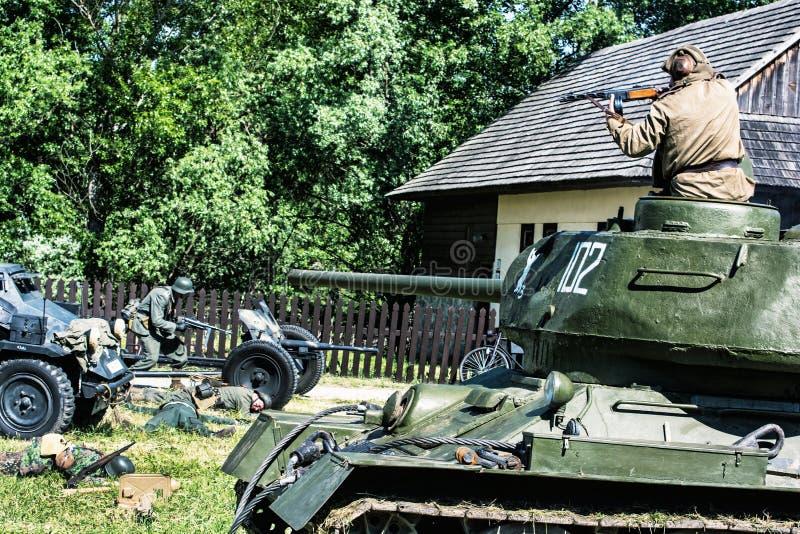 A reconstrução da segunda guerra mundial, soldado do russo mata o ge imagem de stock