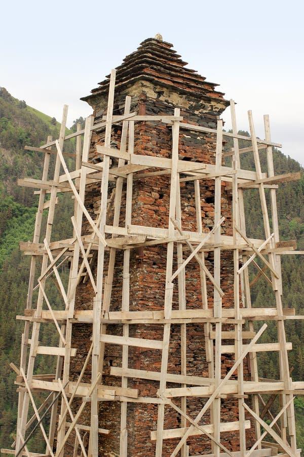 A reconstrução da torre na vila de Kvavlo Região de Tusheti (Geórgia) fotografia de stock