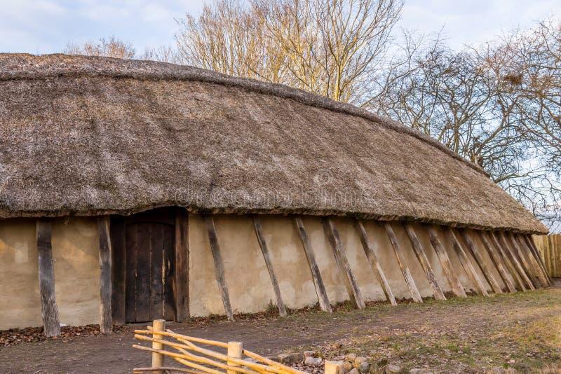 Reconstrução de um longhouse de viquingue foto de stock