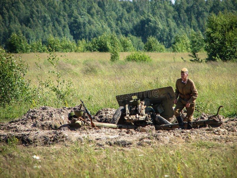 Reconstrução de uma das batalhas da guerra mundial 2 na parte dianteira oriental na região de Kaluga em Rússia imagem de stock royalty free