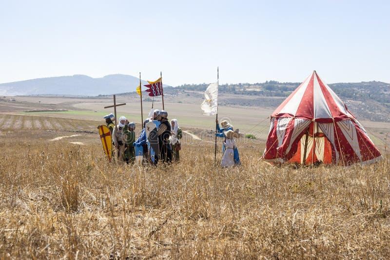 Reconstrução dos chifres da batalha de Hattin em 1187 Os guerreiros dos thWarriors dos cruzados fazem uma formação de batalha ant fotografia de stock