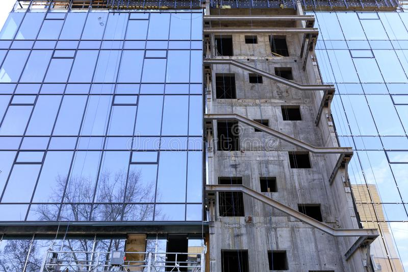 Reconstrução e renovação da fachada de uma construção residencial moderna foto de stock royalty free
