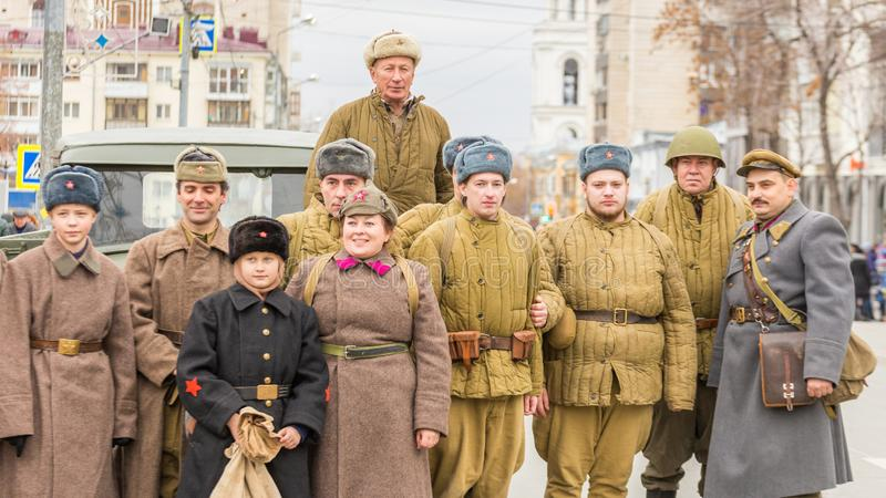 Reconstru??o hist?rica da segunda guerra mundial Os participantes no clube militar-patriótico no uniforme militar estão esperando foto de stock