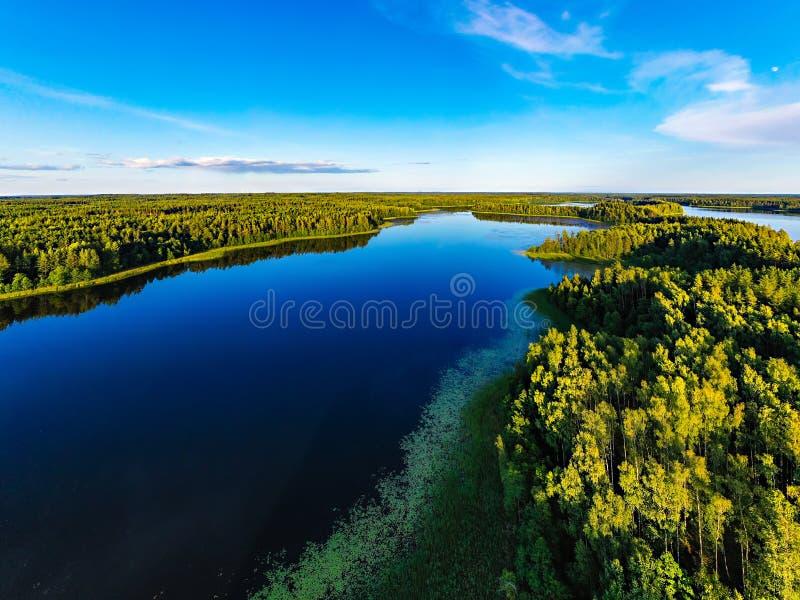 Reconstrucción cerca de los lagos azules en aire abierto Bosque alrededor de la reserva de agua, paisaje aéreo foto de archivo libre de regalías