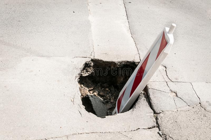 Reconstrucción de la calle o cubierta de la muestra de la precaución del peligro del tráfico de la barricada de la construcción e imagen de archivo libre de regalías
