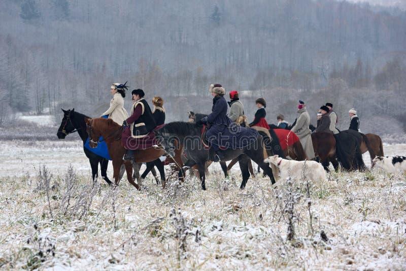 Reconstrucción de la caza tradicional con el perro lobo ruso imagen de archivo