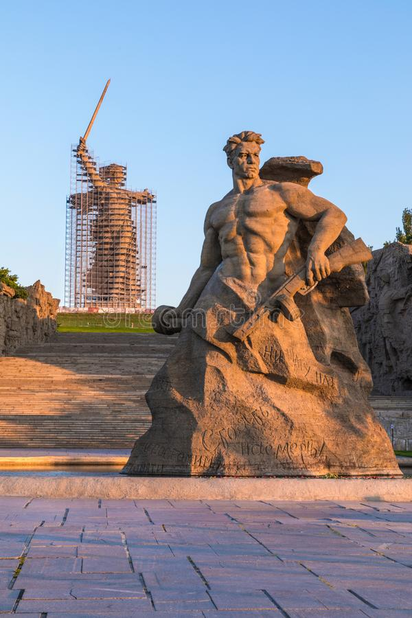 Reconstrucción de la estatua las llamadas de la patria en Mamayev Kurgan en Stalingrad, la escultura más alta de una mujer en el  foto de archivo libre de regalías