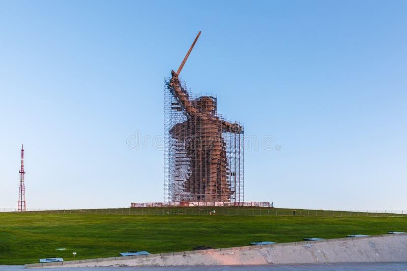 Reconstrucción de la estatua las llamadas de la patria en Mamayev Kurgan en Stalingrad, la escultura más alta de una mujer en el  fotos de archivo