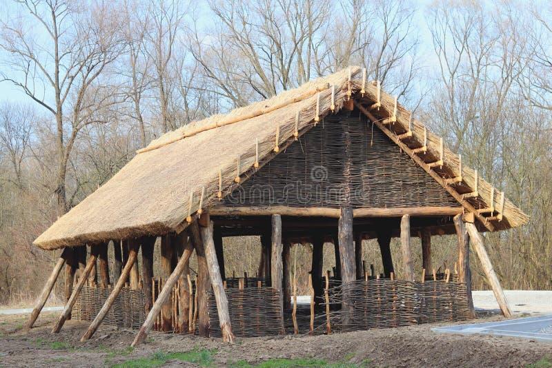 Reconstrucción de la estructura de madera, que sirvió como casa de alojamiento para la población temprana de Europa Central Str a foto de archivo