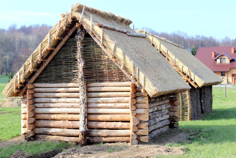 Reconstrucción de la estructura de madera, que sirvió como casa de alojamiento para la población temprana de Europa Central Str a fotografía de archivo libre de regalías