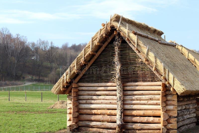 Reconstrucción de la estructura de madera, que sirvió como casa de alojamiento para la población temprana de Europa Central Str a fotos de archivo