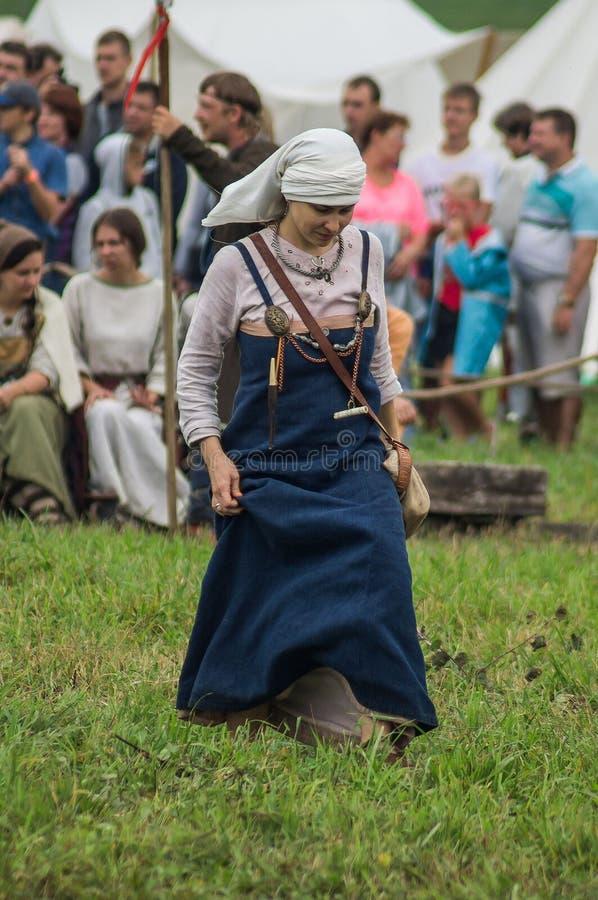 Reconstrucción de la vida de eslavos antiguos en el festival de clubs históricos en el distrito de Zhukovsky de la región de Kalu fotos de archivo