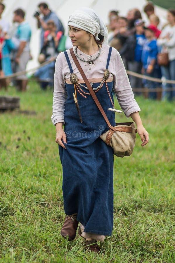 Reconstrucción de la vida de eslavos antiguos en el festival de clubs históricos en el distrito de Zhukovsky de la región de Kalu foto de archivo libre de regalías