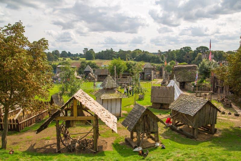 Reconstrucción del pueblo del normando, datada de 1050 Centro educativo para los niños con la demostración de la vida cotidiana y imagen de archivo