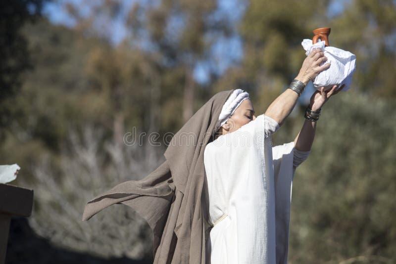 Reconstrucción del ritual ibérico de Ataecina de la diosa Levantamiento de la sacerdotisa fotografía de archivo libre de regalías
