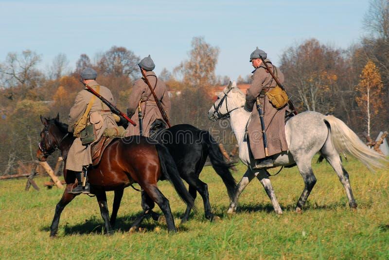 Reconstrucción histórica de la batalla de Moscú Tres jinetes del caballo imagen de archivo