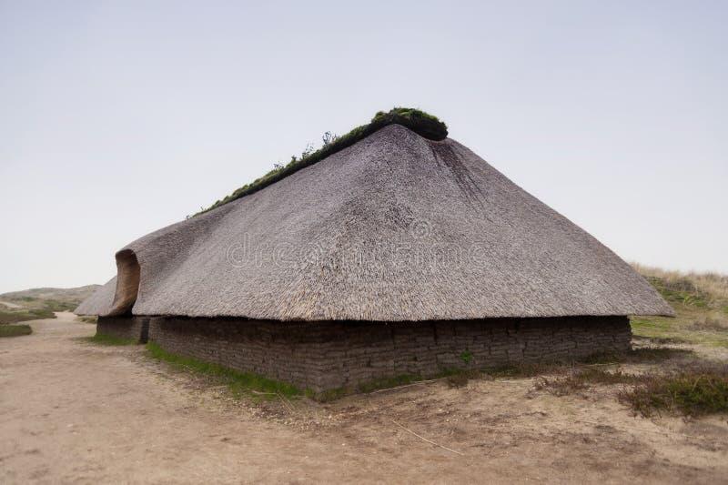 Reconstrucción prehistórica de una casa de la Edad de Piedra fotos de archivo