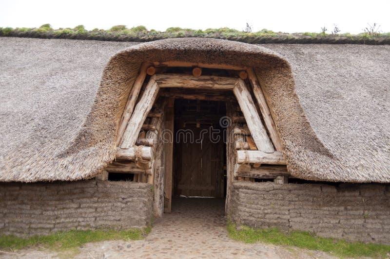 Reconstrucción prehistórica de una casa de la Edad de Piedra foto de archivo libre de regalías