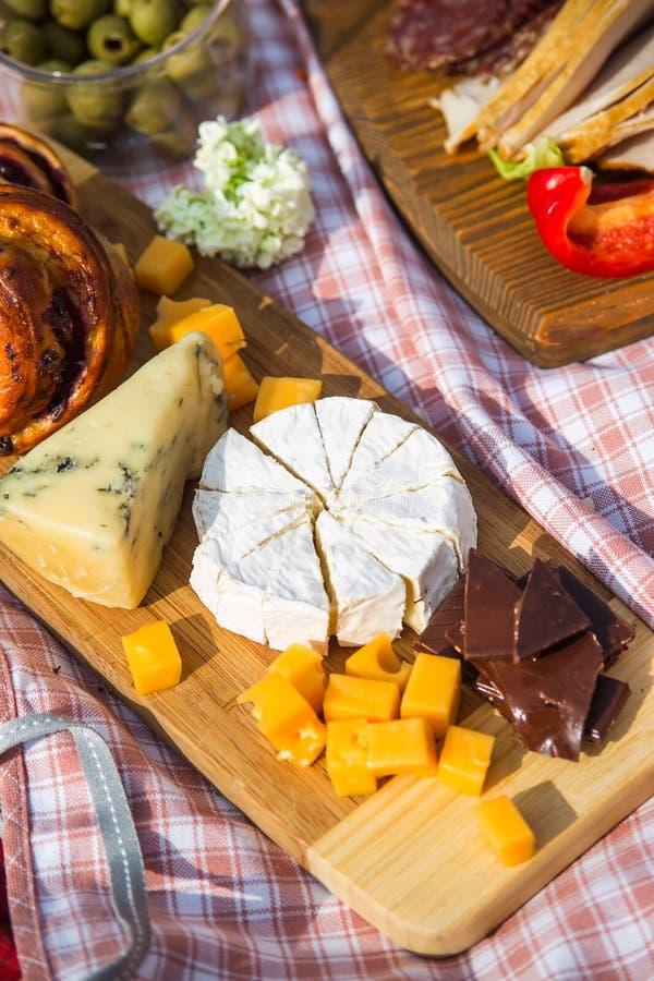 Reconstrucci?n al aire libre del verano y de la primavera con la comida y el vino hermosos deliciosos fotografía de archivo