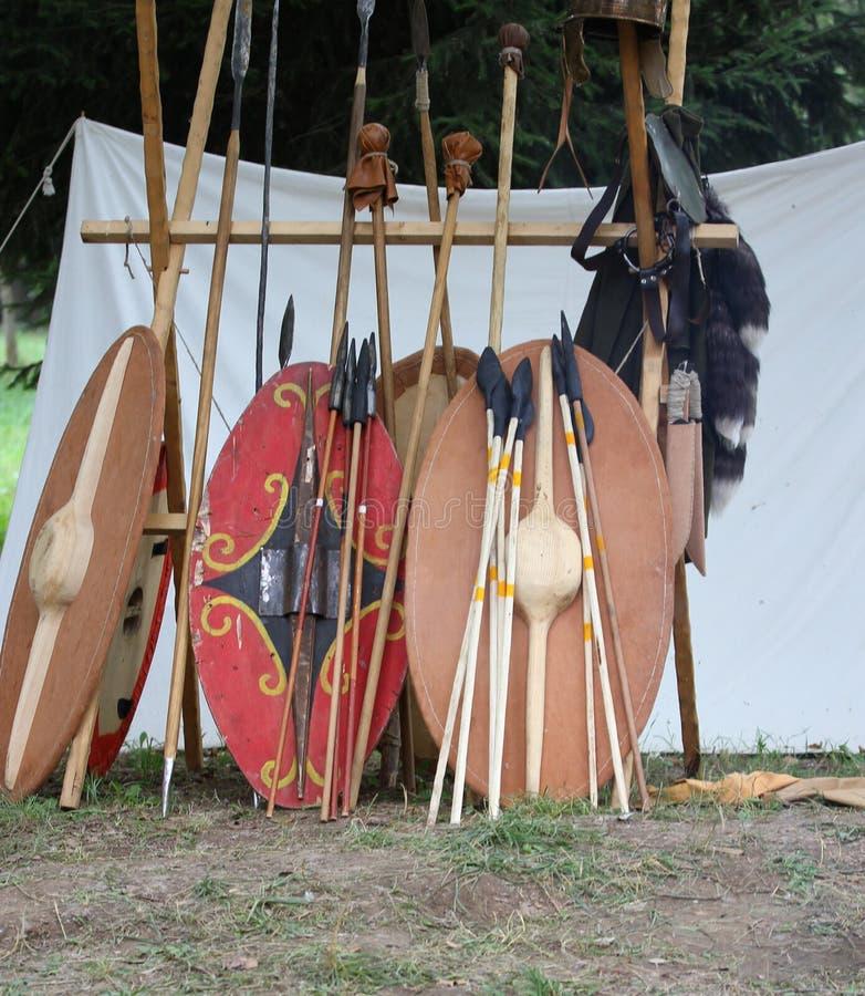 Reconstruction d'un camp médiéval avec les boucliers pour le battl image libre de droits