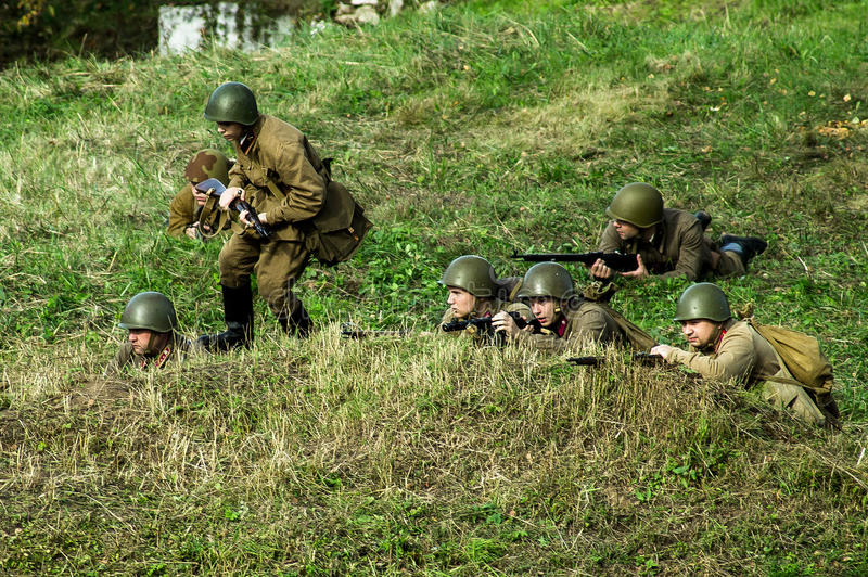 Reconstruction de bataille de la guerre mondiale 1941 2 dans la région de Kaluga de la Russie photographie stock libre de droits