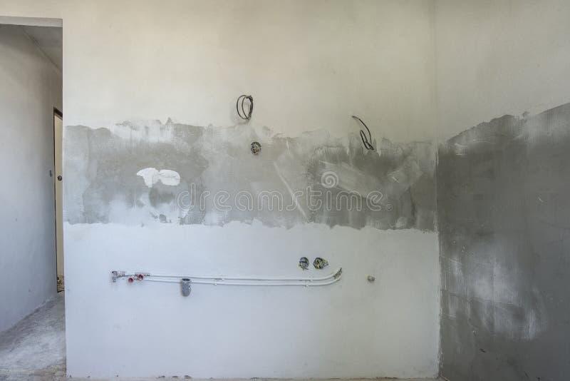 Reconstruction de cuisine Nouveaux plâtre et tuyauterie de mur photographie stock
