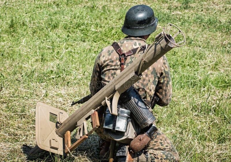 Reconstruction de la deuxième guerre mondiale, soldat allemand avec l'armo photographie stock