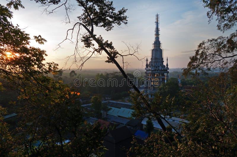Reconstruction de Tiger Cave Temple sur le lever de soleil photos stock