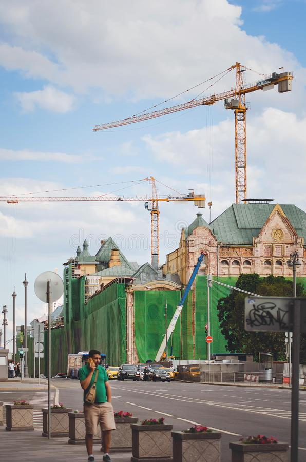 Reconstruction et construction des bâtiments sur les rues de Moscou images stock