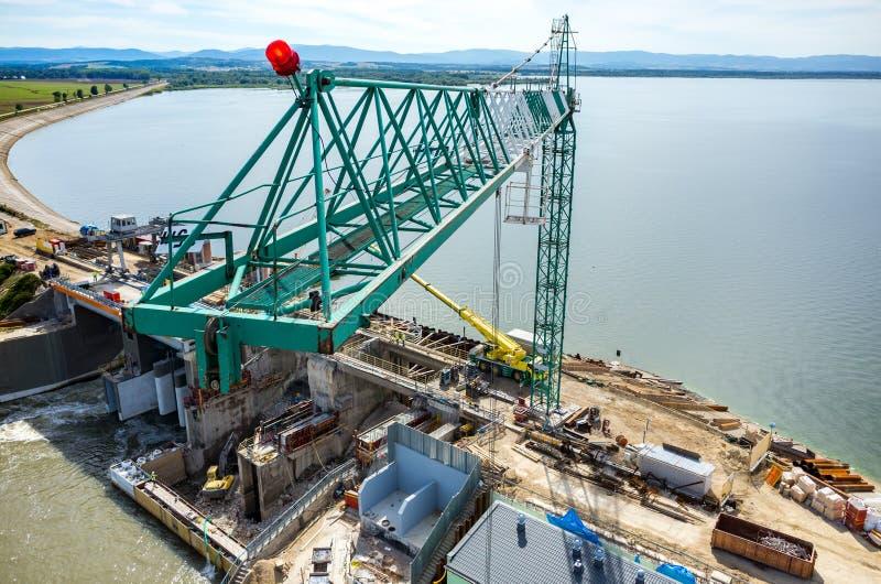 Reconstruction moderne de barrage photographie stock