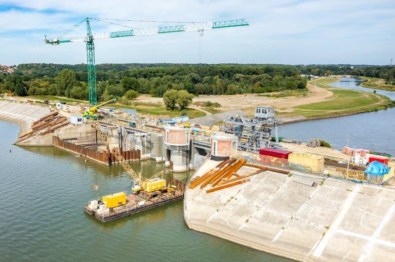 Reconstruction moderne de barrage photographie stock libre de droits