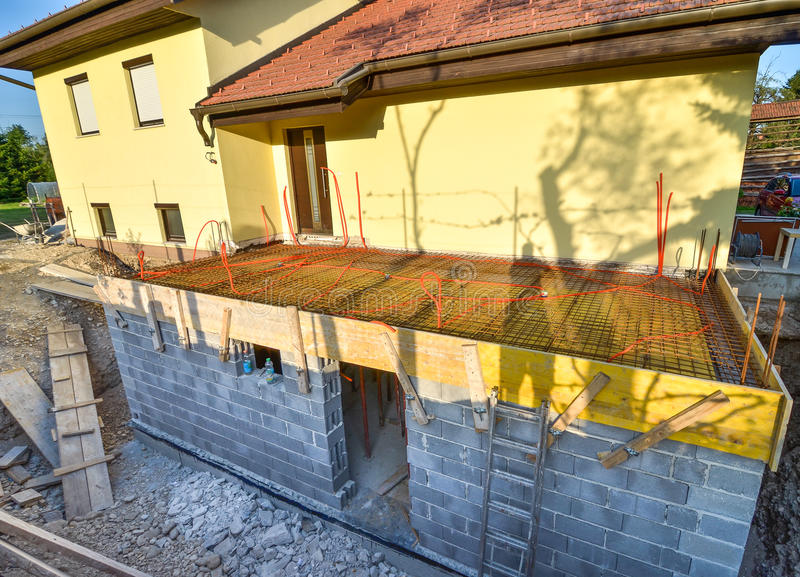 Reconstruindo uma casa da família imagem de stock