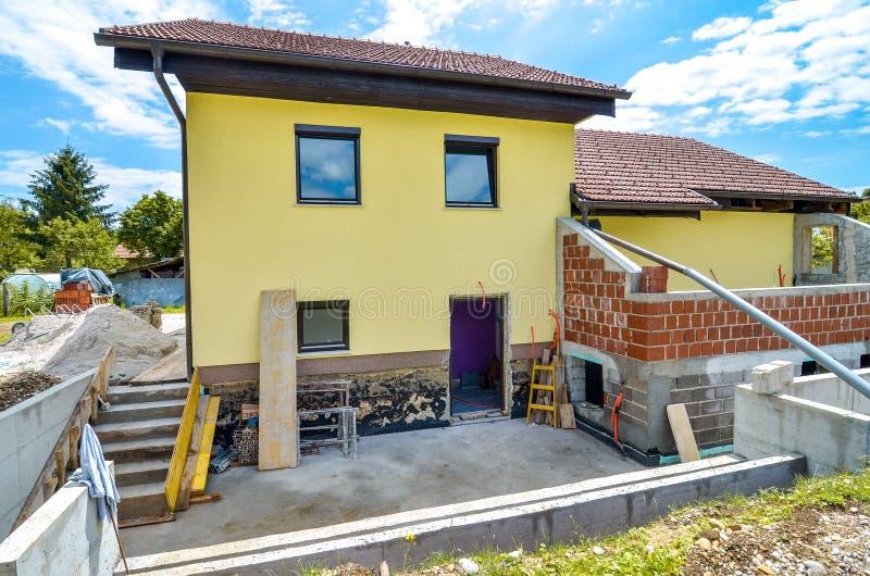 Reconstruindo uma casa e uma adição da família de uma extensão foto de stock royalty free