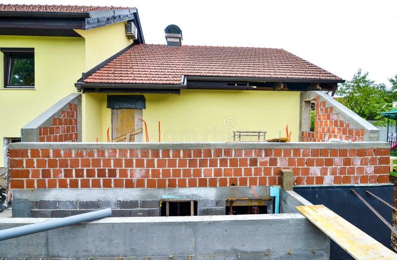 Reconstruindo uma casa e uma adição da família de uma extensão imagem de stock royalty free