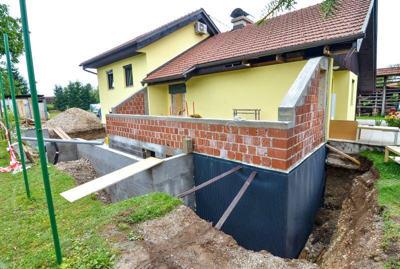 Reconstruyendo una casa y un adición de la familia de una extensión imagen de archivo