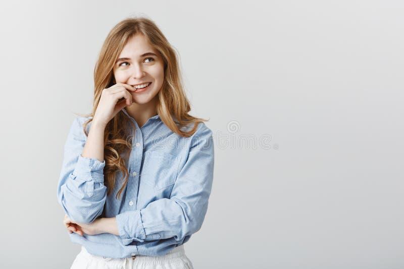Recordando a última data com noivo Fêmea caucasiano atrativa esperta com o cabelo louro, olhando o canto direito superior imagens de stock royalty free