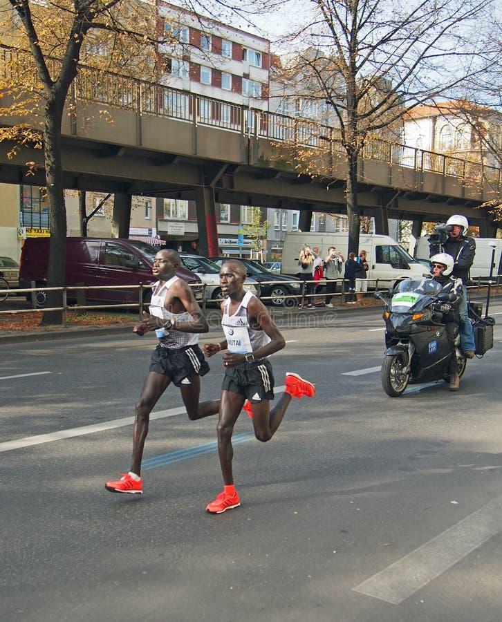 Recorde mundial running de Dennis Kimetto (com Geoffrey Mutai) em Berlin Marathon 2014 fotografia de stock royalty free