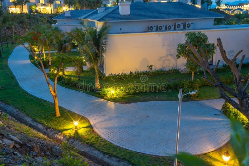 Recorra com os hotéis das férias pela praia no por do sol em Nha Trang, província de Khanh Hoa, Vietname imagem de stock royalty free